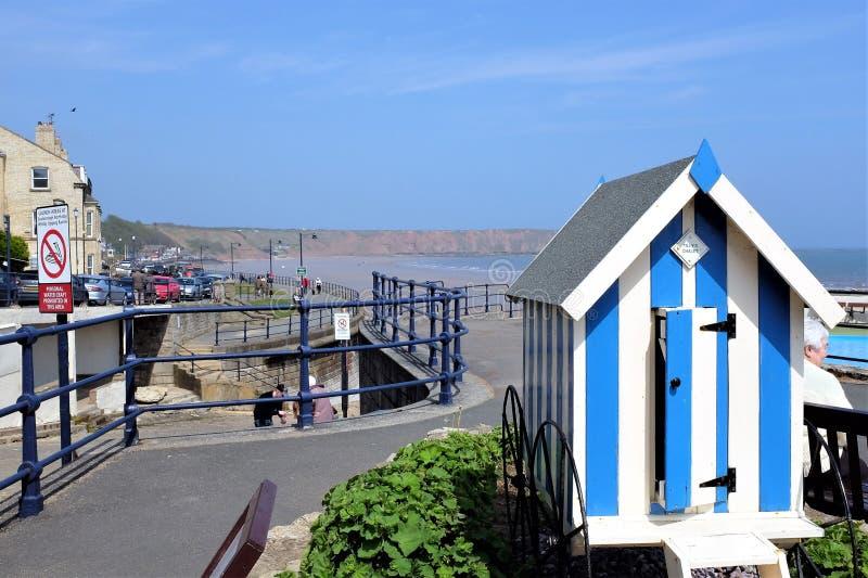 Banhando a cabana e a frente marítima, Filey, Yorkshire, Reino Unido imagens de stock