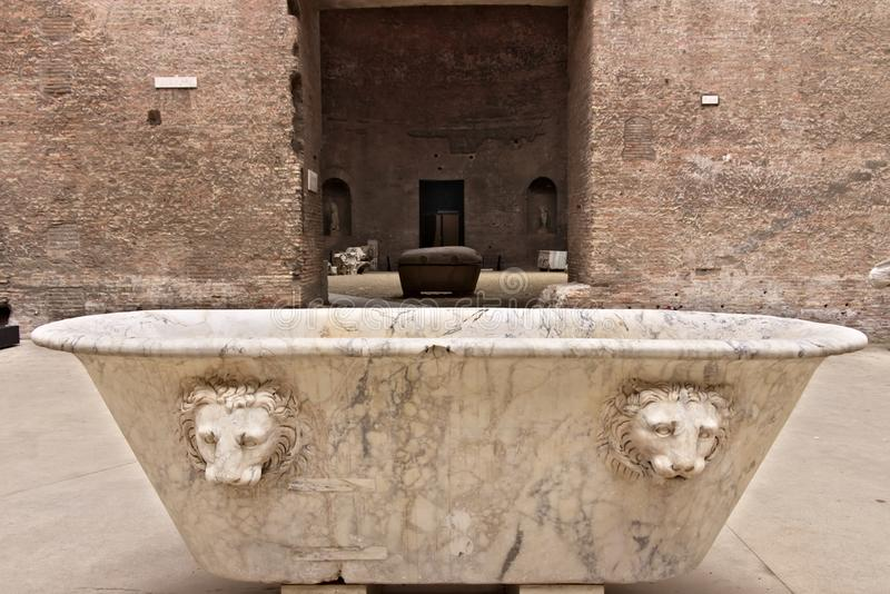 Banheira de mármore branca nos banhos de Diocletian em Roma imagens de stock