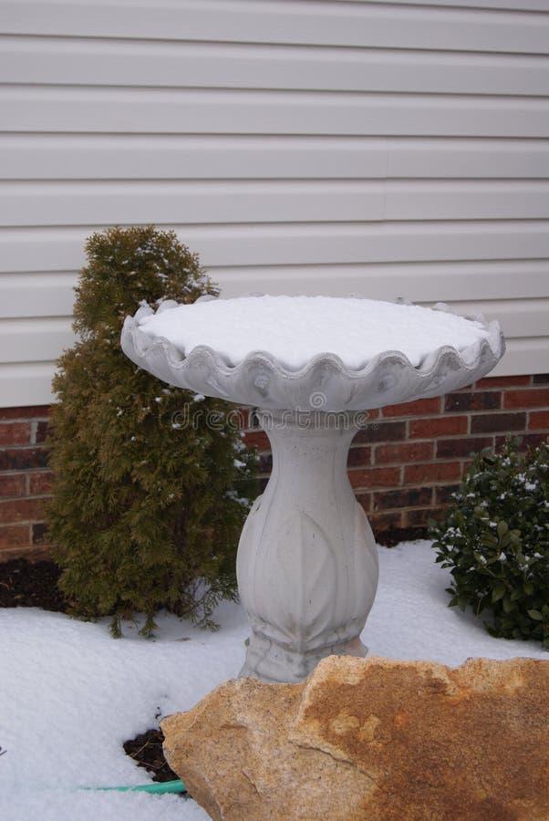 Banheira de passarinho nevado imagem de stock