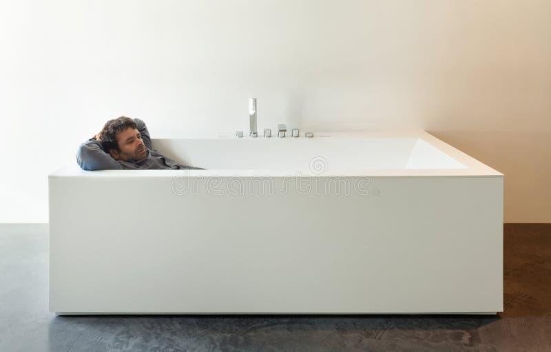 Banheira interior, branca com homem foto de stock royalty free