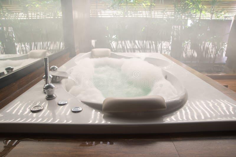 Banheira no banheiro em casa fotos de stock royalty free