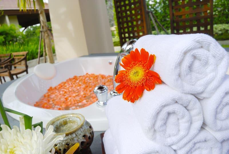 Banheira no quarto dos termas em Tailândia fotografia de stock royalty free