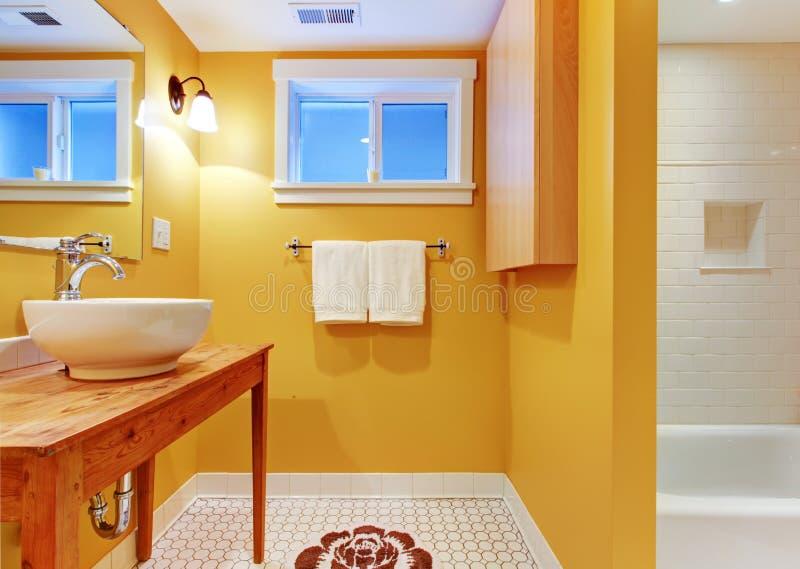 Banheiro alaranjado com dissipador moderno. fotografia de stock