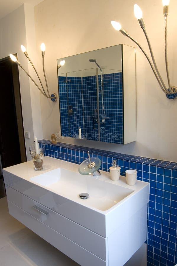 Banheiro azul do desenhador fotos de stock