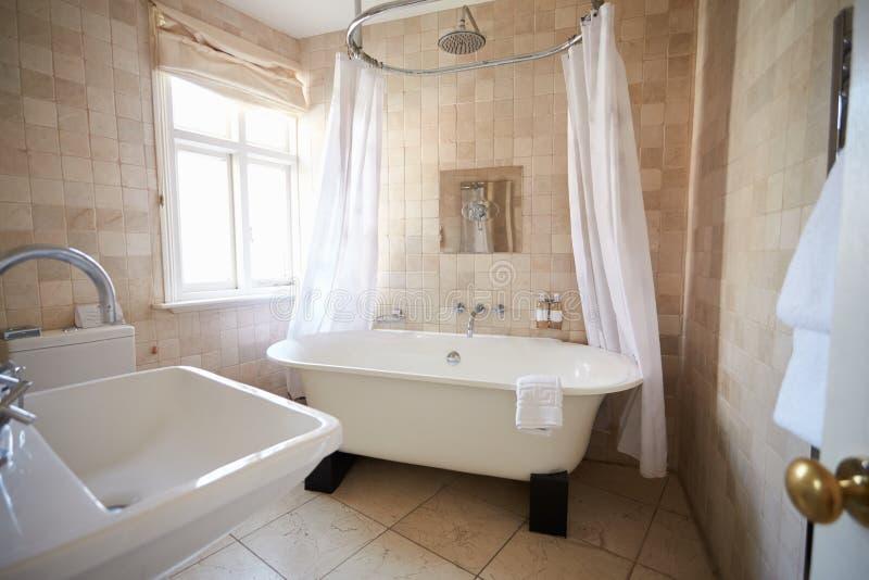 Banheiro bonito com banho e o chuveiro eretos livres imagens de stock royalty free