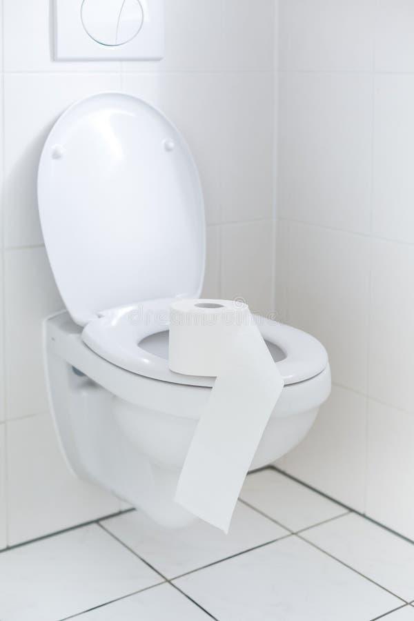 Banheiro branco com papel higiênico imagens de stock royalty free