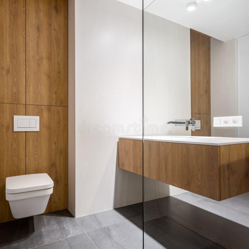 Banheiro brilhante com toalete cúbico fotos de stock