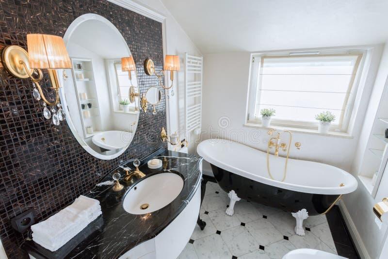 Banheiro brilhante no estilo barroco foto de stock royalty free