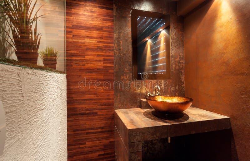 Banheiro caro com dissipador dourado foto de stock royalty free