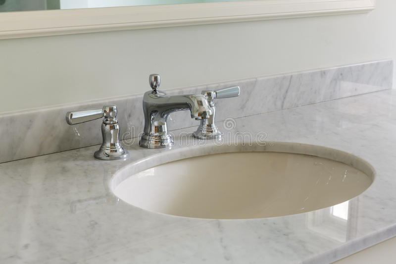 Banheiro claro com parte superior contrária de mármore foto de stock