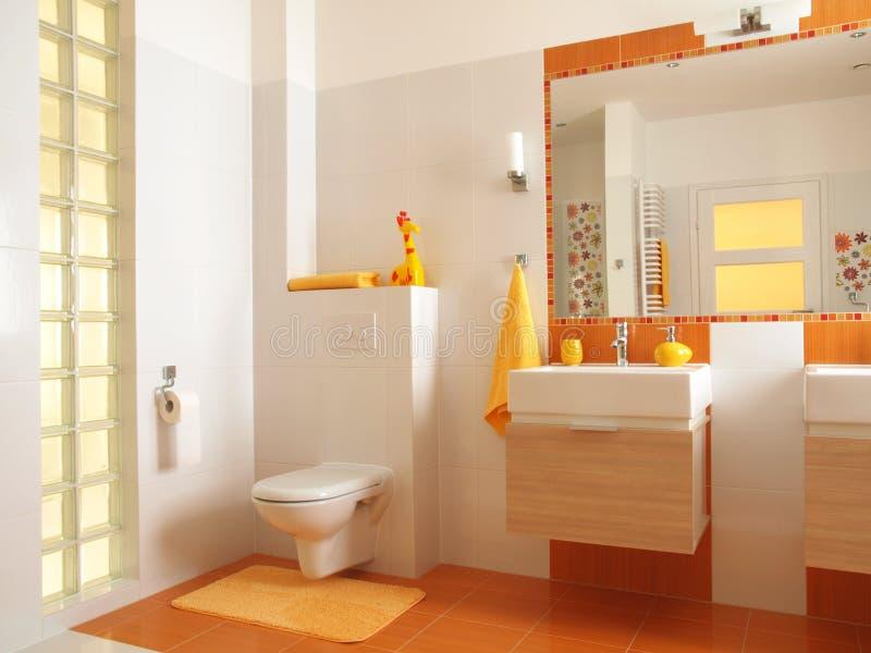 Banheiro colorido das crianças com toalete imagens de stock