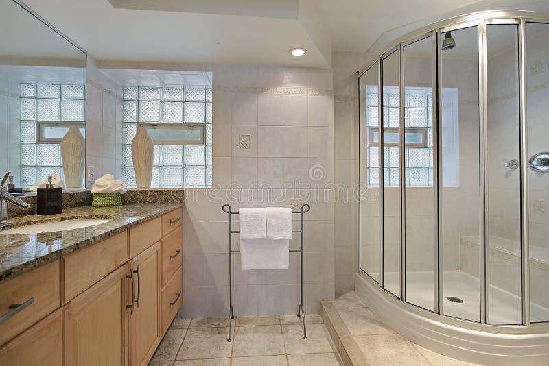 Banheiro com chuveiro de vidro imagens de stock royalty free