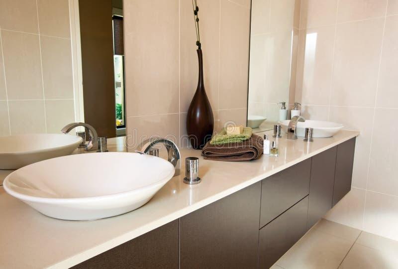 Banheiro contemporâneo foto de stock