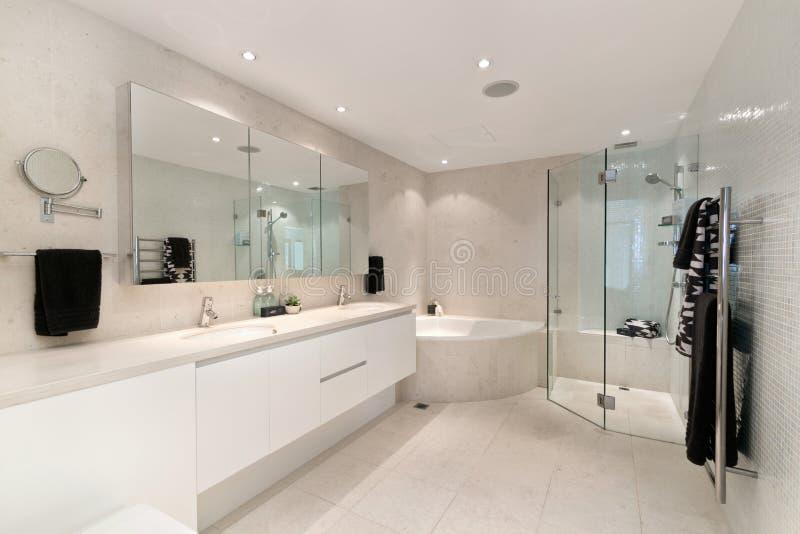 Banheiro da casa luxuoso foto de stock