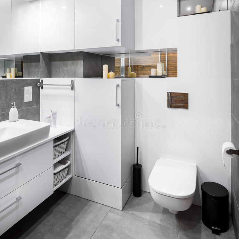Banheiro de alto brilho branco fotos de stock royalty free