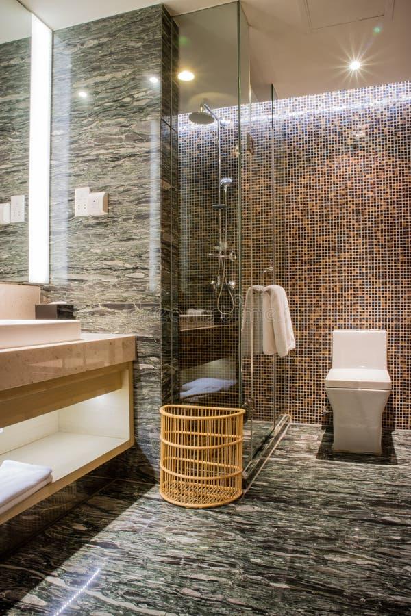 Banheiro de cinco estrelas do ensuite luxuoso no quarto fotos de stock