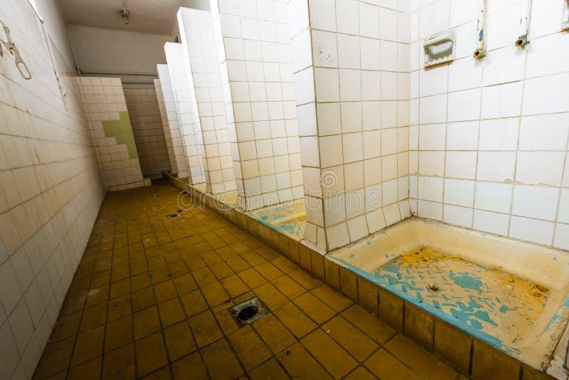 Banheiro de uma fábrica abandonada velha fotografia de stock
