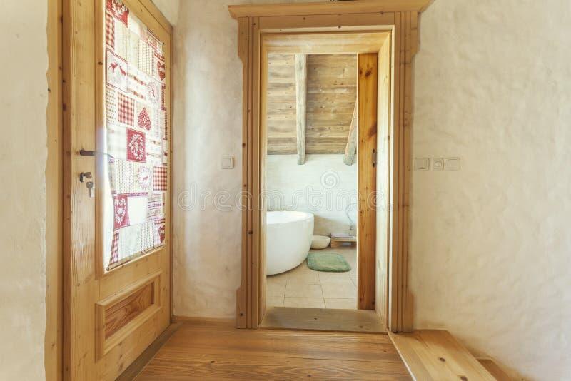 Banheiro disparado da parte externa na casa rústica imagens de stock