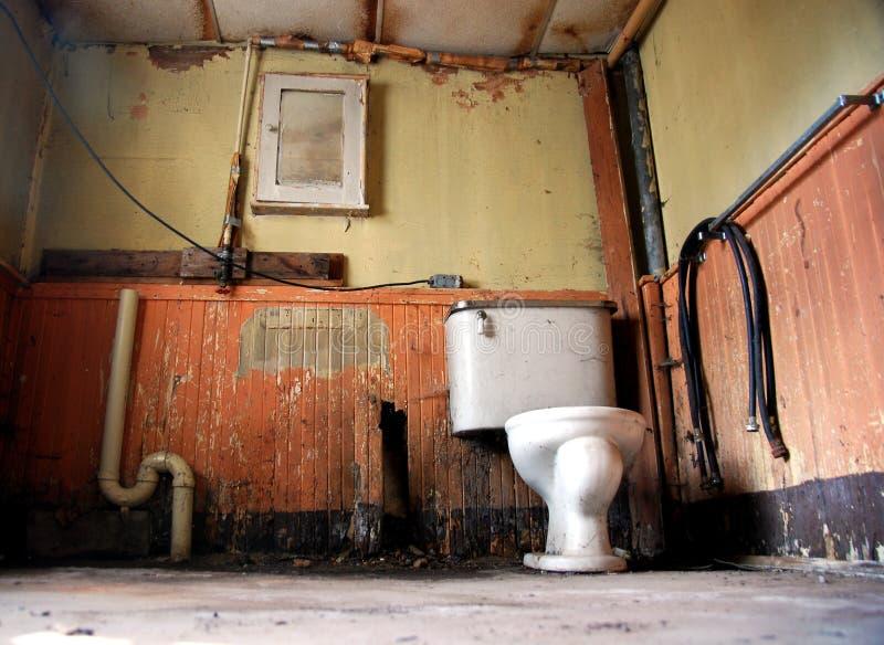 Banheiro do abandono foto de stock