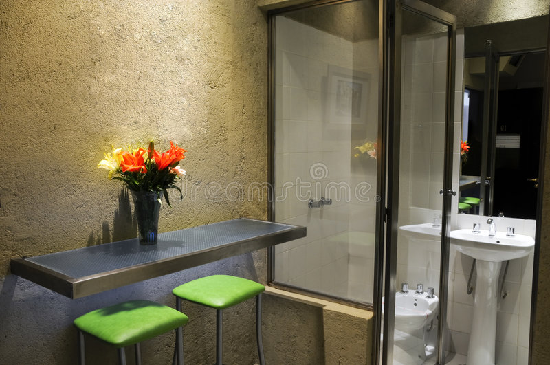 Banheiro do quarto de hotel fotos de stock royalty free