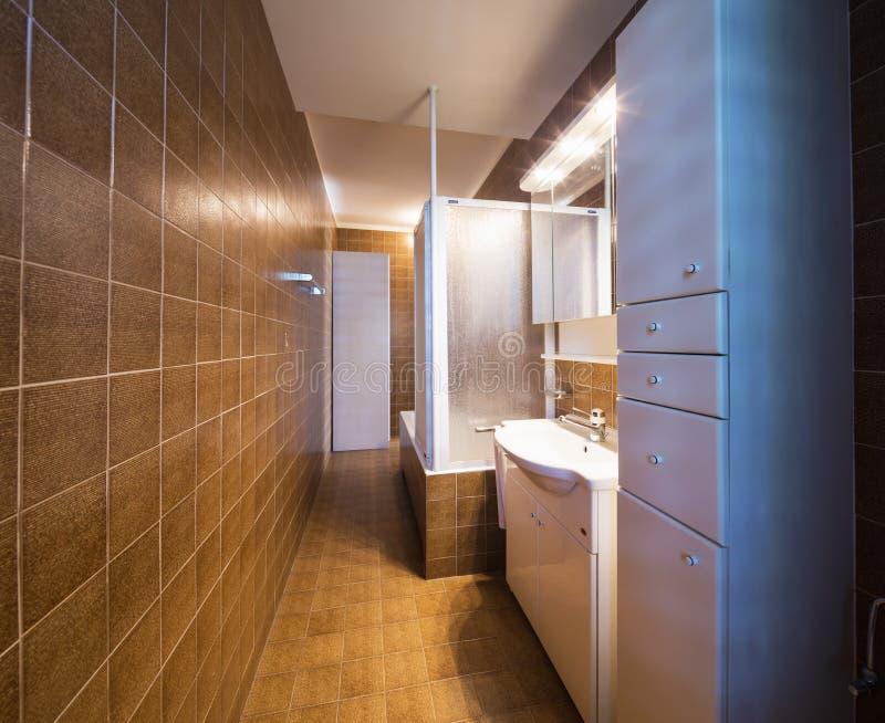 Banheiro do vintage no apartamento a ser renovado imagens de stock royalty free