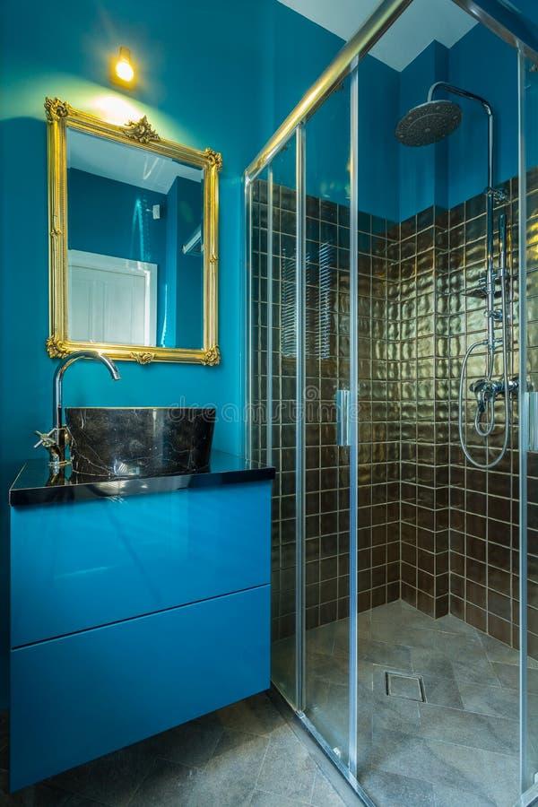 Banheiro elegante azul imagens de stock royalty free