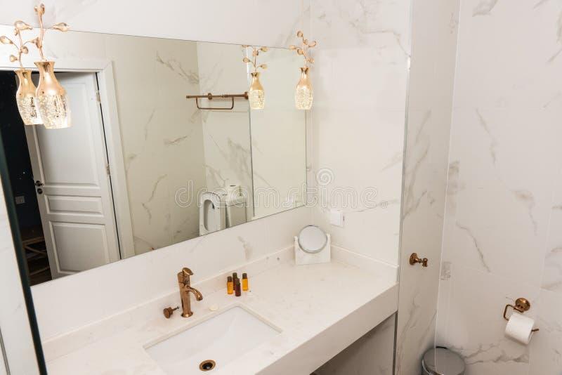Banheiro em um hotel de cinco estrelas em Pomorie em Bulgária imagem de stock royalty free