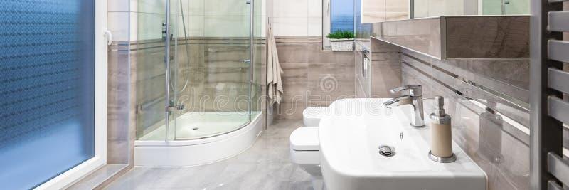 Banheiro espaçoso e moderno imagem de stock