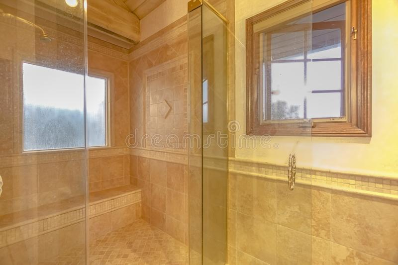 Banheiro espaçoso em tons cinzentos com assoalhos calorosos e s das pessoas sem marcação fotos de stock