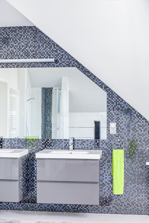 Banheiro espaçoso moderno do sótão imagens de stock royalty free