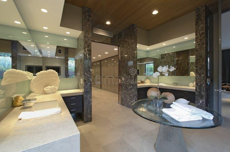 Banheiro espelhado espaçoso na casa imagens de stock
