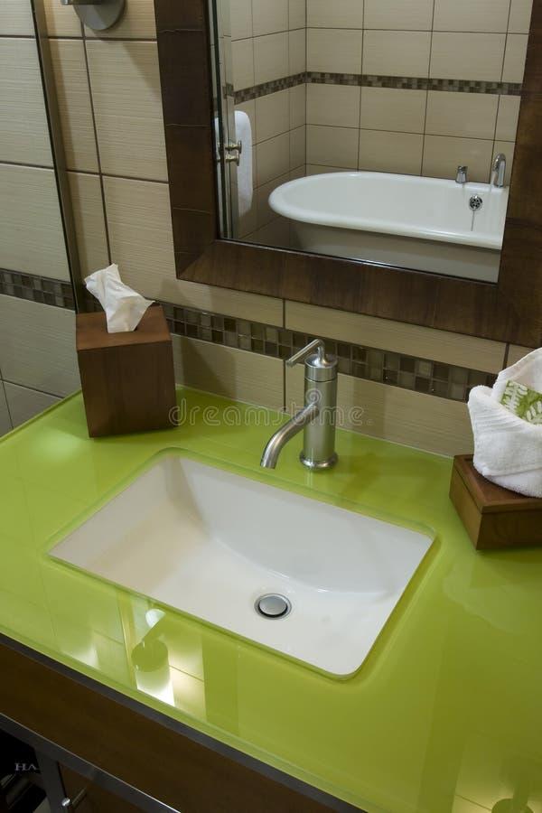 Banheiro feito sob encomenda com as bancadas do vidro verde fotos de stock royalty free