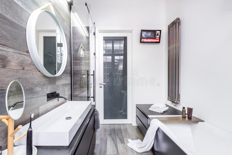 Banheiro funcional com banheira fotos de stock royalty free
