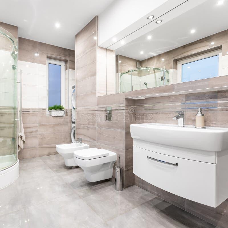 Banheiro funcional no bege imagens de stock