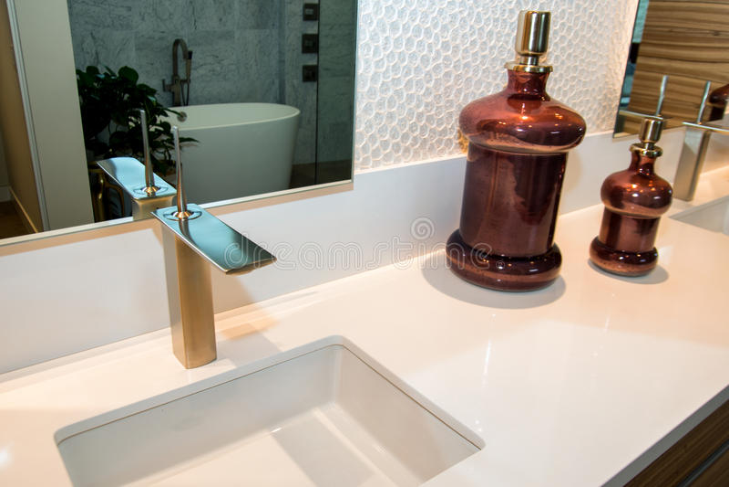 Banheiro home luxuoso fotografia de stock royalty free