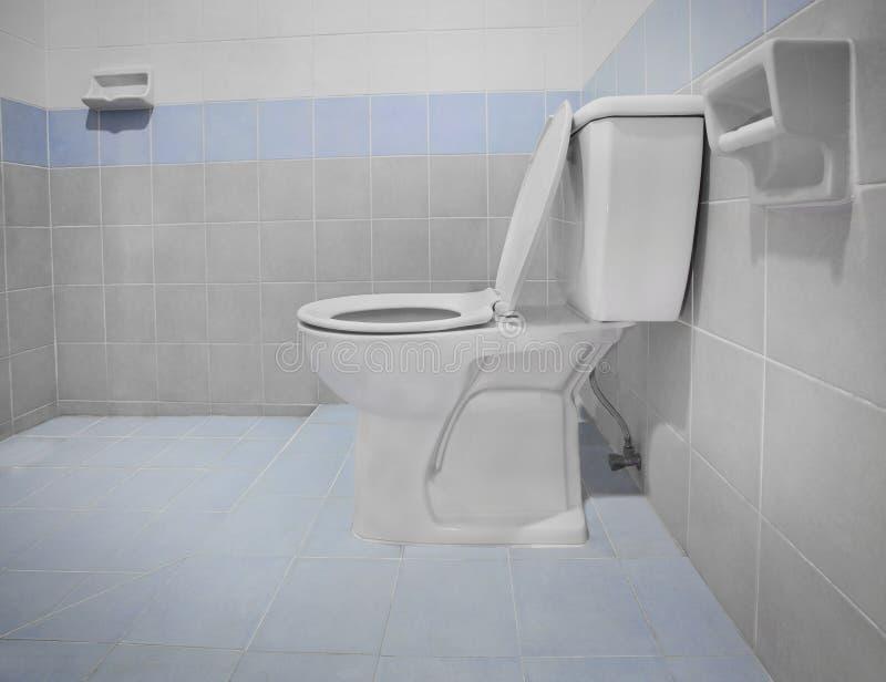 Banheiro limpo da bacia do resplendor do toalete imagem de stock