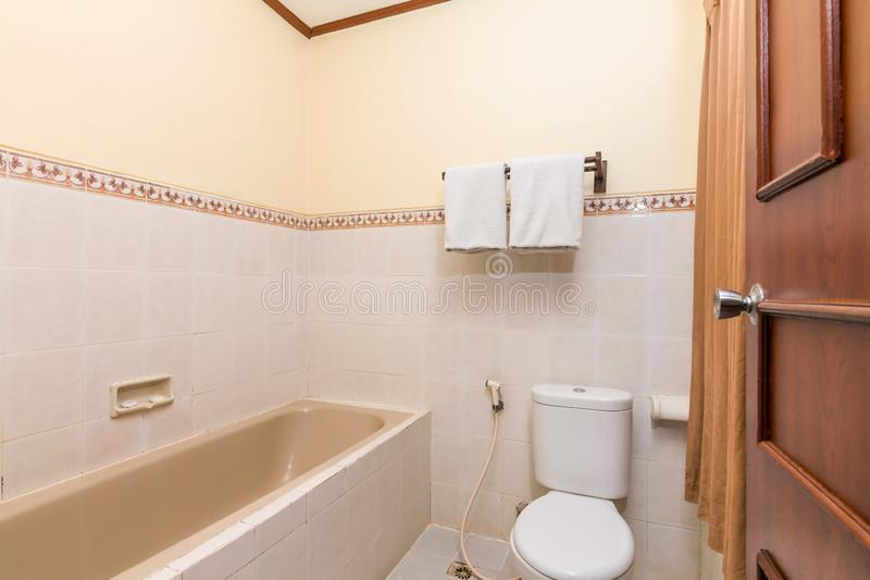Banheiro limpo e barato do hotel foto de stock