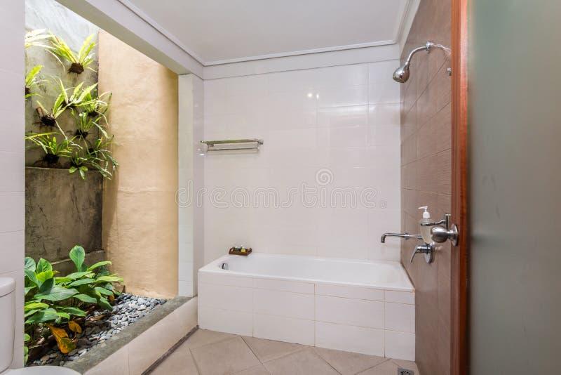 Banheiro limpo e barato do hotel imagens de stock