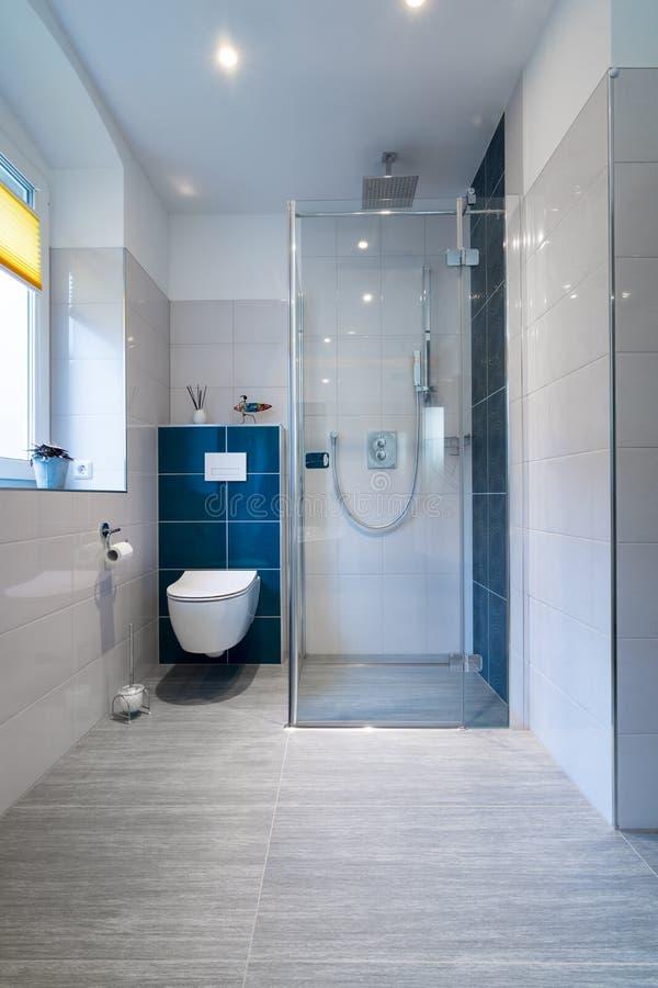 Banheiro luxuoso com caminhada no chuveiro de vidro - tiro vertical de um banheiro luxuoso com grande, o chuveiro das pessoas sem foto de stock
