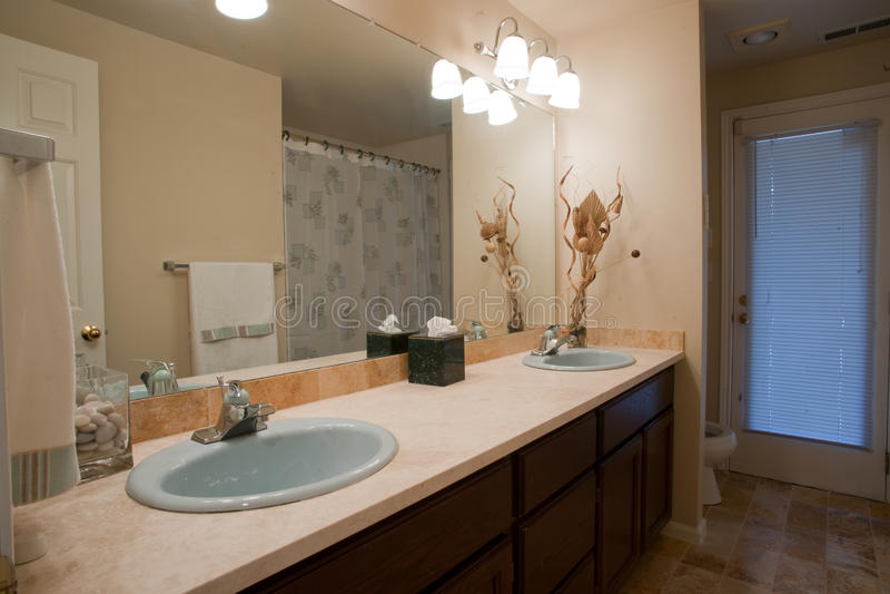 Banheiro luxuoso com grande espelho imagens de stock royalty free