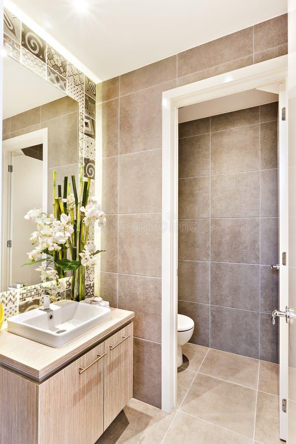 Banheiro luxuoso com uma porta do opne a um toalete fotografia de stock
