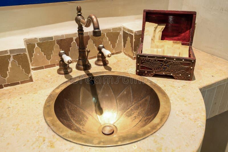 Banheiro marroquino do estilo do vintage foto de stock royalty free