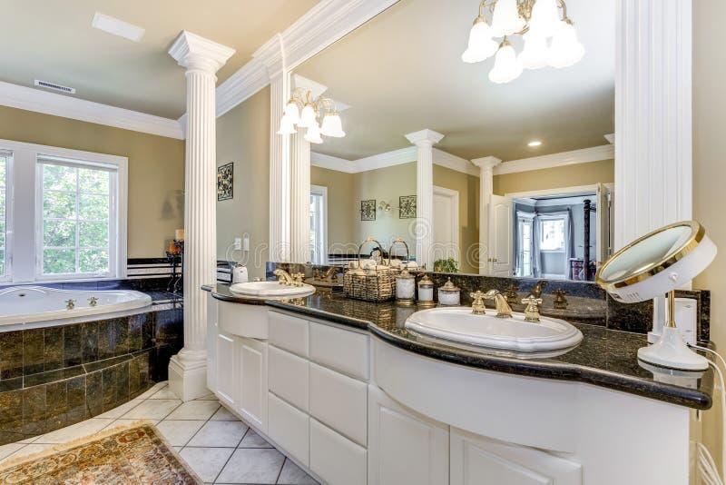 Banheiro mestre elegante com colunas brancas foto de stock royalty free