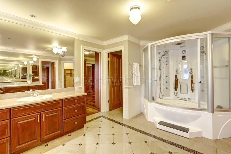 Banheiro mestre luxuoso com chuveiro feito por encomenda fotografia de stock