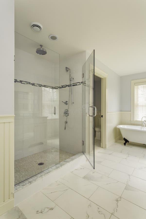 Banheiro mestre luxuoso com o chuveiro de vidro incluido fotos de stock royalty free