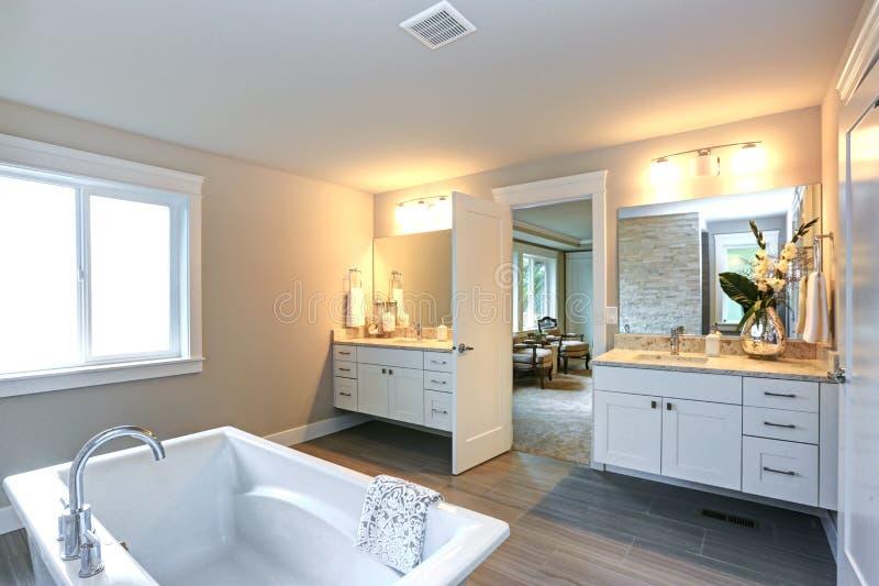 Banheiro mestre surpreendente com duas vaidade do banheiro fotos de stock
