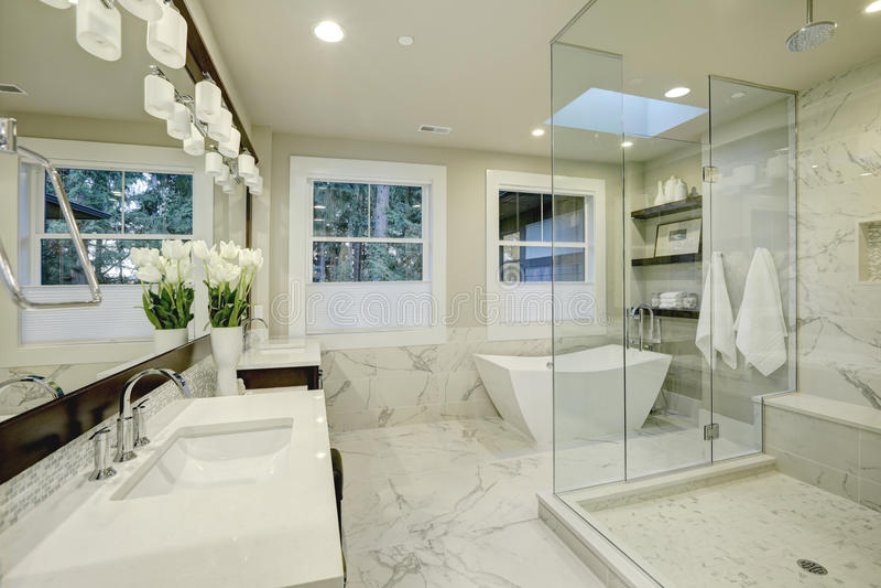 Banheiro mestre surpreendente com o chuveiro das grandes pessoas sem marcação de vidro fotografia de stock