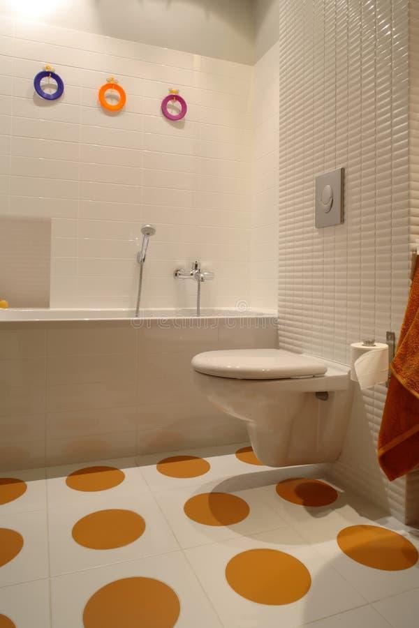 Banheiro moderno colorido para a criança imagens de stock