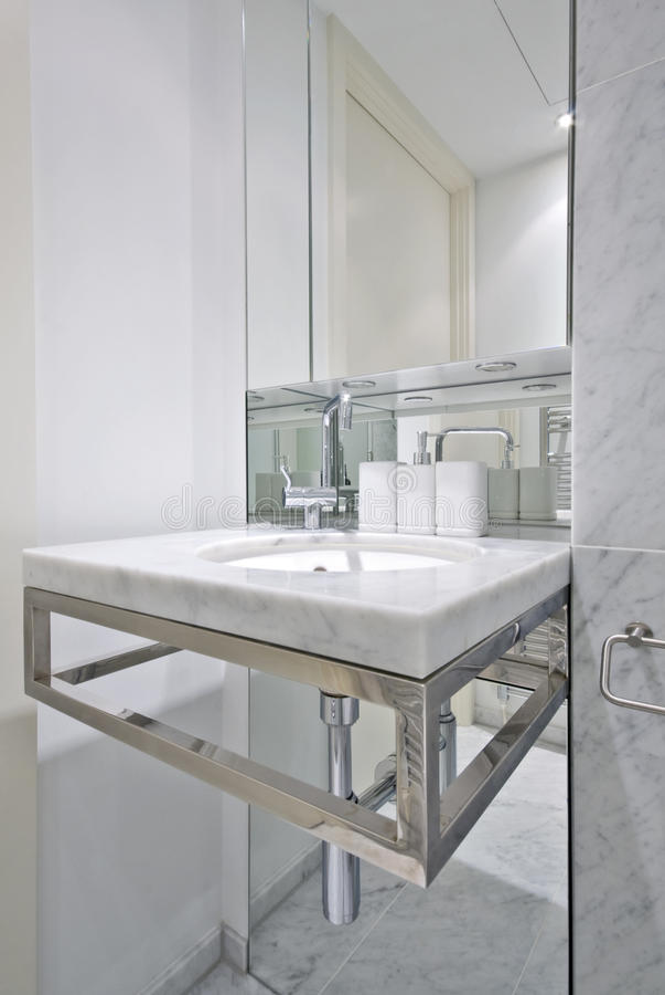 Banheiro moderno com a bacia de lavagem do desenhador fotografia de stock
