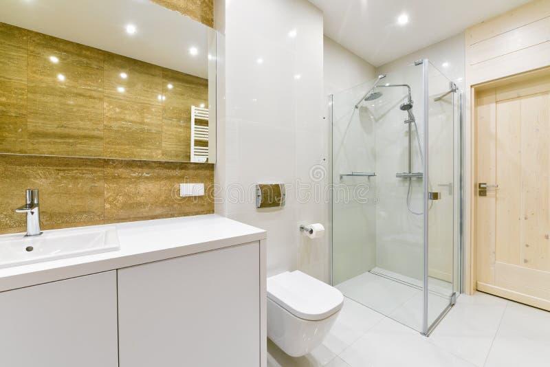 Banheiro moderno com chuveiro fotos de stock